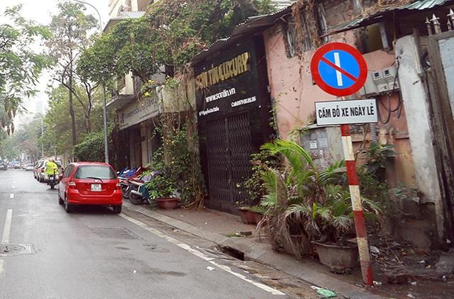 Biển báo cấm đỗ xe ngày lẻ bên phố Nguyễn Gia Thiều được lực lượng chức năng dựng lên
