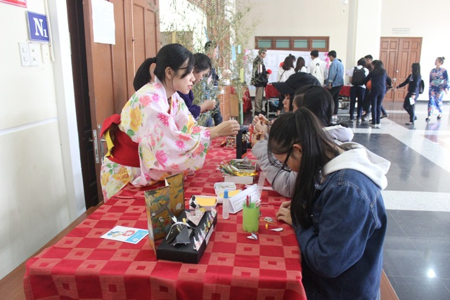 Các bạn sinh viên thích thú với nghệ thuật gấp giấy Nhật Bản