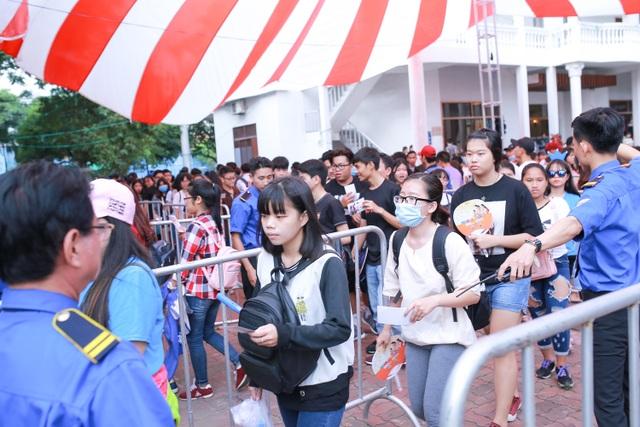 Từ rất sớm các khán giả trẻ đã có mặt xếp hàng để vào xem chương trình.