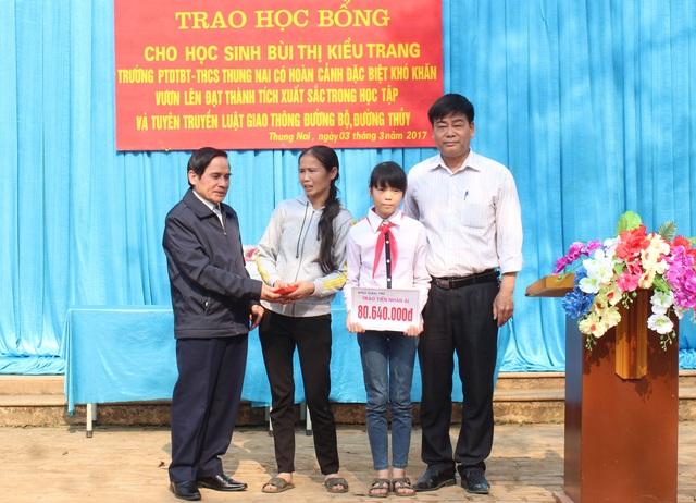 Ông Quách Thế Tản - Phó Chủ tịch Hội Khuyến học Việt Nam cùng PV Báo Dân trí trao 80.640.000đ đến em Bùi Thị Kiều Trang