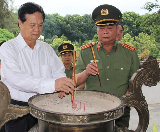 Nguyên Thủ tướng Chính phủ Nguyễn Tấn Dũng và Đại tướng Lê Hồng Anh thắp hương trước tượng đài các anh hùng liệt sĩ.