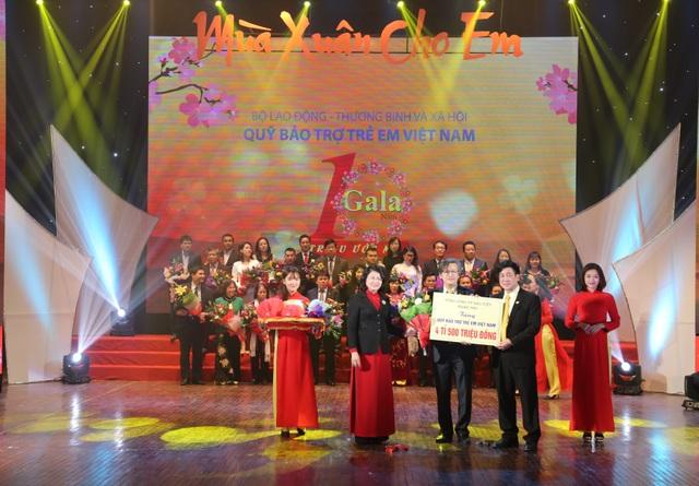 Phó Tổng giám đốc TCTy BVNT - Ổng Nguyễn Thành Quang trao biểu trưng tài trợ 4.5 tỉ đồng cho Quỹ Bảo trợ trẻ em Việt Nam.