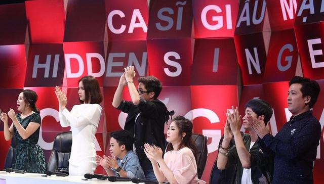 Phần trình diễn kết thúc cũng là lúc Ban giám khảo khách mời đồng loạt đứng dậy vỗ tay thán phục cho tài năng của thí sinh.
