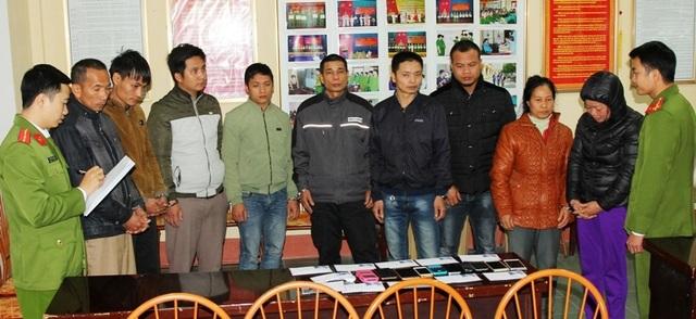 """Nhóm đối tượng đánh bạc dưới hình thức chơi """"liêng"""" tại huyện Kim Bảng tại cơ quan Công an (ảnh: Công an Hà Nam)"""