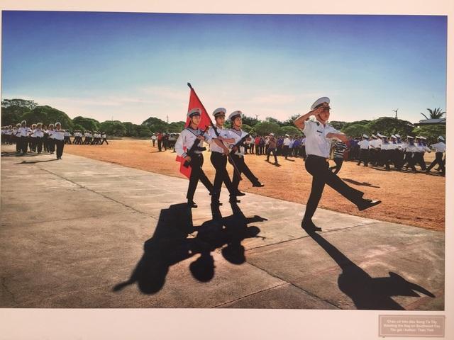 """Tác phẩm: """"Lễ chào cờ trên đảo Song Tử Tây"""""""