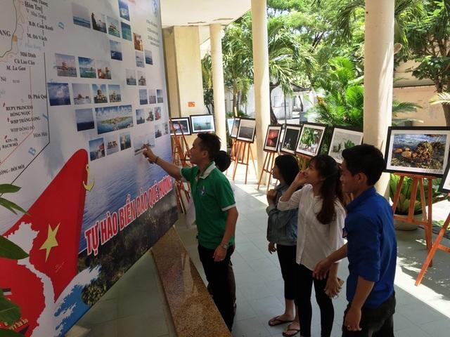"""Triển lãm ảnh """"Tuổi trẻ vì biển đảo quê hương""""diễn ra tại Đà Nẵng thu hút nhiều sinh viên dõi xem"""