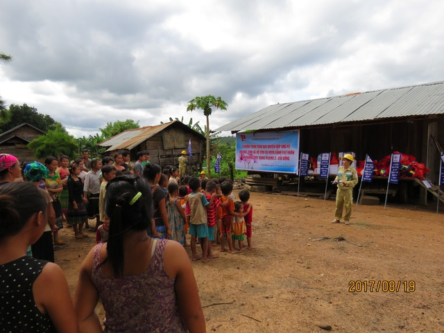 Mang quà đến buôn làng tập trung với hơn 36 hộ nghèo thuộc xã Ea Kiết huyện CưMgar.