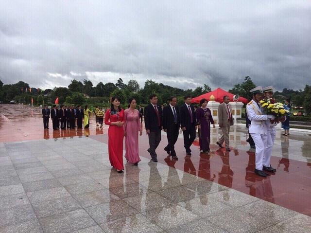 Các đại biểu dâng hoa tại Tượng đài Chủ tịch Cay-Xỏn Phôm-Vi-Hẳn