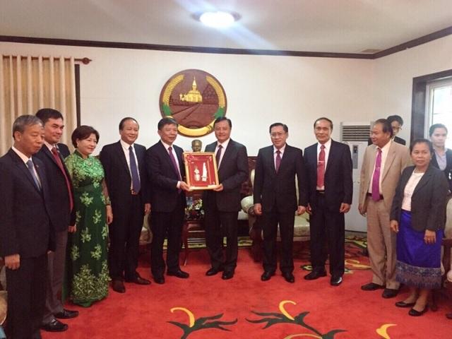 Tỉnh trưởng tỉnh Sa-van-na-khẹt tặng quà lưu niệm cho Chủ tịch UBND tỉnh Quảng Bình