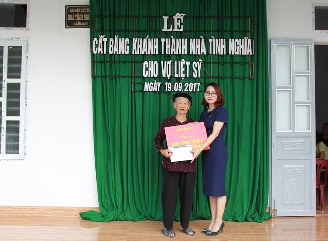PV Dân trí thay mặt Qũy Khuyến học Việt Nam, báo Dân trí trao tặng cụ Miêng 5 triệu đồng