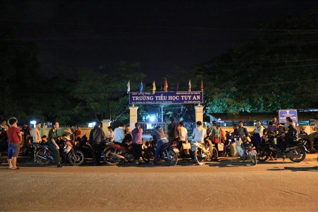 Rạng sáng 26/6, hàng trăm phụ huynh đã tập trung trước cổng trường Tiểu học Tuy An, phường An Phú, thị xã Thuận An chờ nộp hồ sơ xin vào lớp 1 cho con.