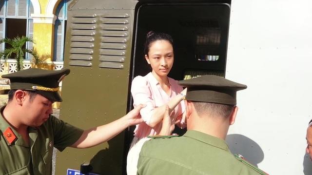 Các luật sư cho rằng bị cáo Nga đã bị tạm giam hơn 2 năm và không có dấu hiệu bỏ trốn, cản trở hoạt động điều tra hoặc cản trở việc xét xử của tòa án, do đó, việc tiếp tục tạm giam bị cáo Nga là không cần thiết.