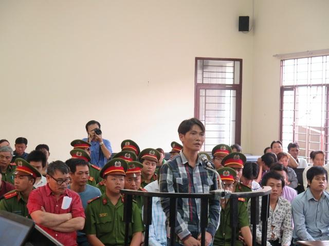 Bị cáo Sáng (áo đỏ bìa trái) cùng đồng phạm tại tòa