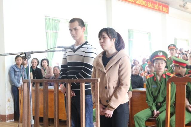 Bị cáo Nguyễn Thành Đức và Trần Thị Tuyết Hương trước vành móng ngựa