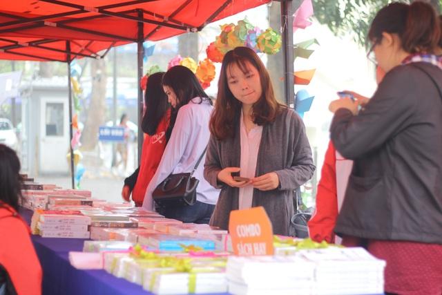 """ĐH Ngoại thương: Tưng bừng """"Ngày hội sách cho sinh viên 2017"""" - 1"""