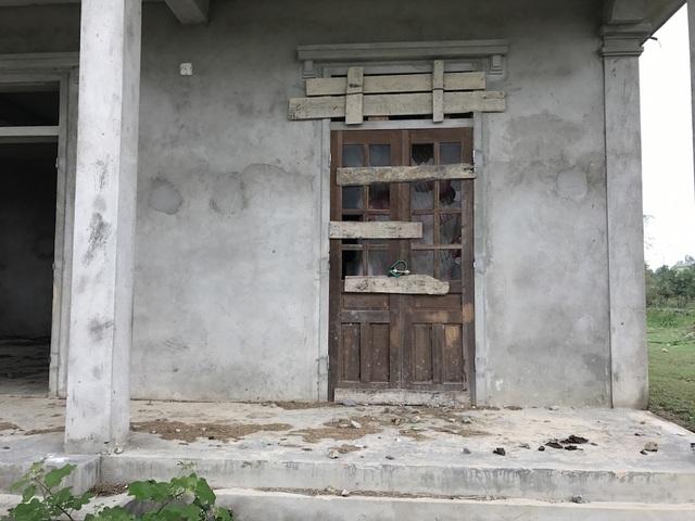 Những cánh cửa đã hư hỏng dù công trình đang dở dang.