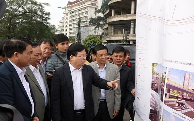 Phó Thủ tướng Trịnh Đình Dũng kiển tra tuyến đê sông Hồng được Hà Nội đề xuất thay thế từ đất thành bê tông.