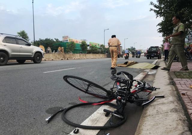 Nạn nhân tử vong, chiếc xe đạp thể thao hư hỏng nặng.