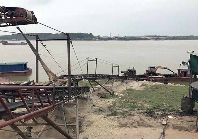 Một bãi cát trên sông Hồng nằm ở huyện Phúc Thọ