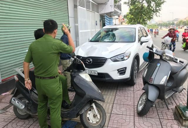 Người điều khiển chiếc Mazda CX5 sau khi gây tai nạn đã bỏ chạy gần 1km và bị người dân chặn bắt.
