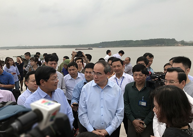 Ông Nguyễn Thiện Nhân đi thực địa bãi cát trên sông Hồng