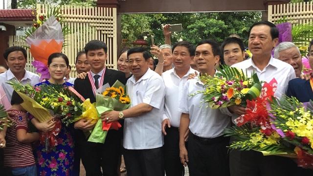 Lãnh đạo tỉnh Nghệ An tặng hoa chúc mừng các em vừa trở về.