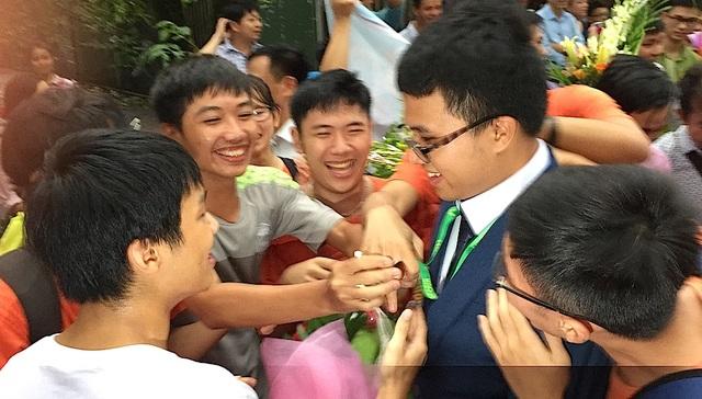 Em Nguyễn Cảnh Hoàng giành HCV Olympic Toán học đầu tiên của trường được bạn bè chúc mừng.