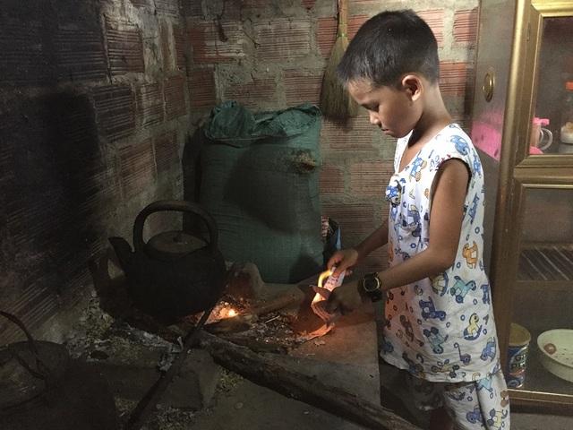 Cuộc sống bất hạnh và ước mơ đầy xúc động của cậu bé 8 tuổi nuôi mẹ mù lòa - 3