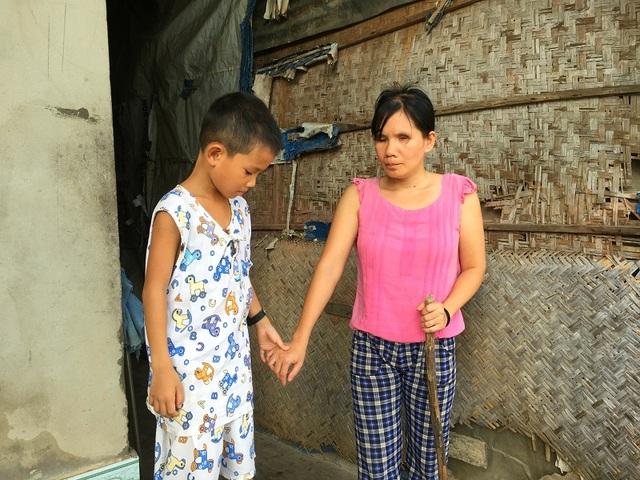 Cậu bé Lê Nguyễn Trung Nguyên chính là đôi mắt của người mẹ mù