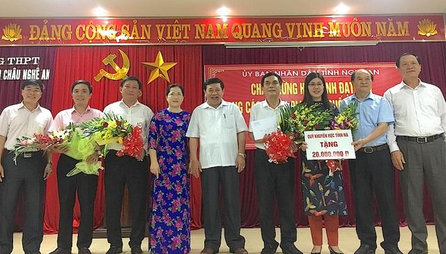 Ông Trần Xuân Bí (thứ 2 phải qua trái) - Chủ tịch HKH Nghệ An tặng 20 triệu đồng cho thầy và trò Trường THPT chuyên Phan Bội Châu.