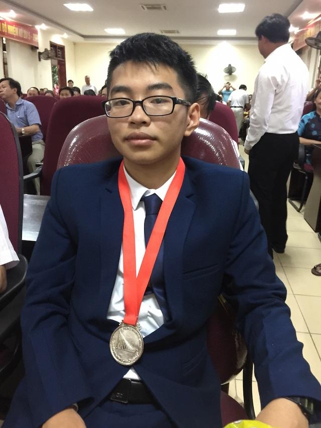 Em Hoàng Nghĩa Tuyến - HCB Hóa học Quốc tế. Với việc, Tuyến giành được HCB Quốc tế đây cũng là sau 15 năm, niềm vui đã đến với Trường THPT chuyên Phan Bội Châu với tấm Huy chương Bạc của em Hoàng Nghĩa Tuyến ở kỳ thi Olympic Hóa học Quốc tế năm 2017.