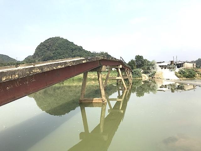 Người dân nơi đây mong muốn các cấp cho làm một cái cầu mới để đi lại được bình yên hơn.