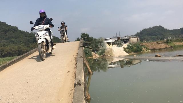 Không còn con đường nào khác, người dân đành đánh cược tính mạng mình mỗi khi qua cầu xuống cấp.