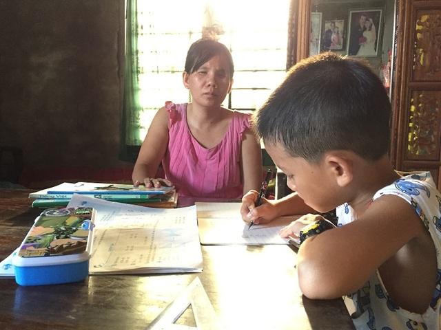 Mặc dù không thể nhìn thấy đứa con trai bé bỏng, không thể chỉ dạy cho con nhưng chị Dương luôn ở bên cạnh, động viên Trung Nguyên mỗi khi em học bài