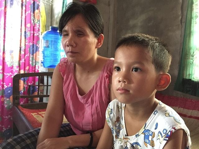 Từ lúc ra đời, cuộc sống của chị Dương đã là một màu đen tối và phụ thuộc hoàn toàn vào bố mẹ, anh chị em trong nhà
