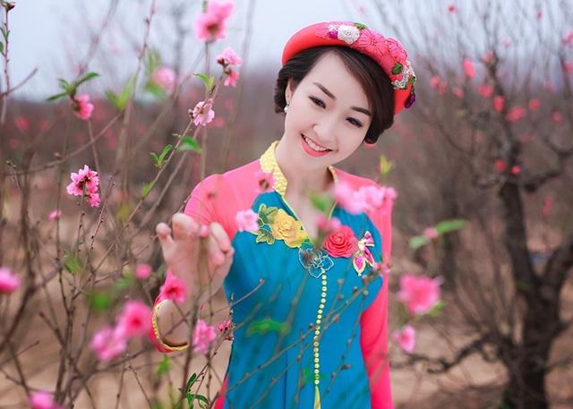 Hình ảnh của Bùi Trang Nhung diện trang phục lạ dạo vườn đào Tết do nhiếp ảnh Đỗ Xuân Bút thực hiện.