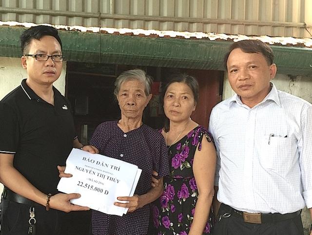 PV Dân trí cùng chính quyền địa phương trao 22.515.000 đồng tới gia đình cụ Thủy.