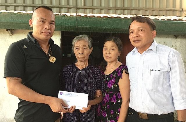 Anh Cao Xuân Sang - đại diện Công ty CP Đại Hiển trao 5.000.000 đồng đến cụ Nguyễn Thị Thủy.