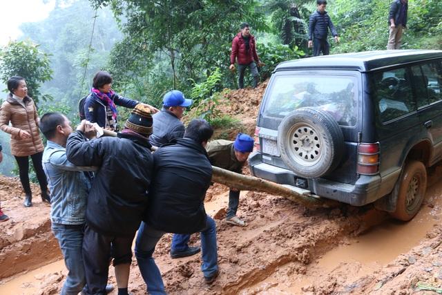 Con đường vào bản Nà Đang lầy lội khiến xe 2 cầu trong đoàn chúng tôi cũng bị sập gầm phải chặt cây bên đường để giải cứu xe