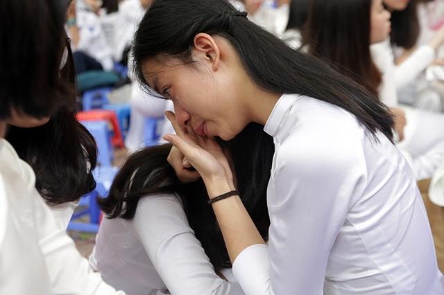 Các cô gái khó kìm giữ được cảm xúc của buổi chia tay
