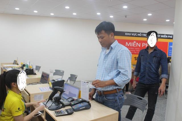 Phan Quốc Khánh đang thực nghiệm lại hành vi giao dịch qua thẻ để mua điện thoại