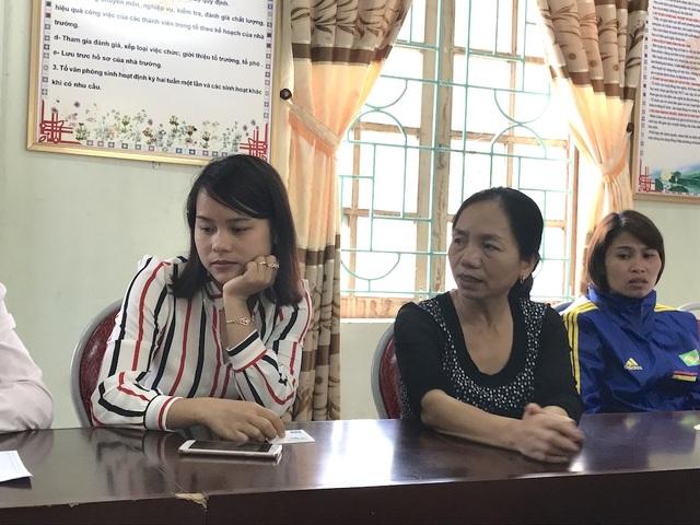 Cô Phạm Thị Hương (áo sọc, giáo viên trẻ) và cô Trần Thị Thảo (áo đen, giáo viên hơn 20 năm công tác) chia sẻ cùng với PV.