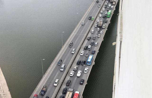 Sáng nay, tại các tuyến đường hướng vào nội thành Hà Nội mật độ giao thông bắt đầu tăng đột biến