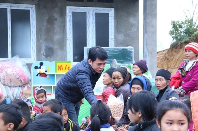 Nhà báo Nguyễn Thế Nam - Phó Ban Truyền thông và Công tác xã hội báo Dân trí phát quà cho các cháu