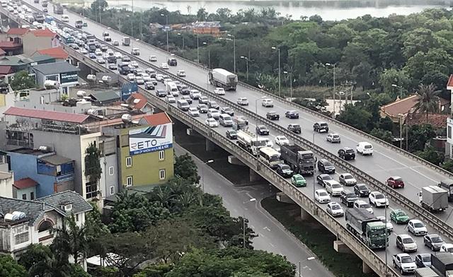 Sau kỳ nghỉ lễ, sáng nay, hàng vạn người lại ùn ùn đổ về Thủ đô