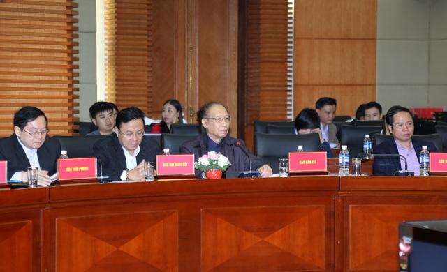 Ông Phạm Huy Hoàn, Tổng biên tập Báo Dân trí (hàng đầu thứ 3 từ trái qua), phát biểu tại buổi toạ đàm (ảnh: Báo Hải Phòng)