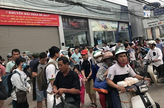 Bên ngoài cổng bến xe Nước Ngầm, hàng trăm người đứng ở vỉa hè đợi người nhà đến đón
