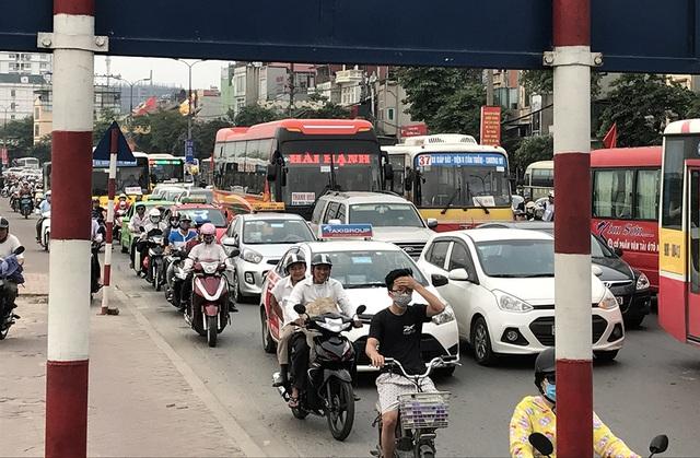Chìm trong khói bụi, tiếng ồn... nhiều người điều khiển phương tiện cảm thấy mệt mỏi