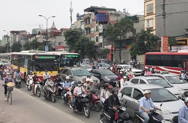 Người điều khiển ô tô, xe máy chen nhau đi trên đường Giải Phóng