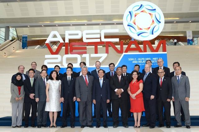 Các quan chức cấp cao APEC chụp ảnh trong phiên khai mạc SOM 2